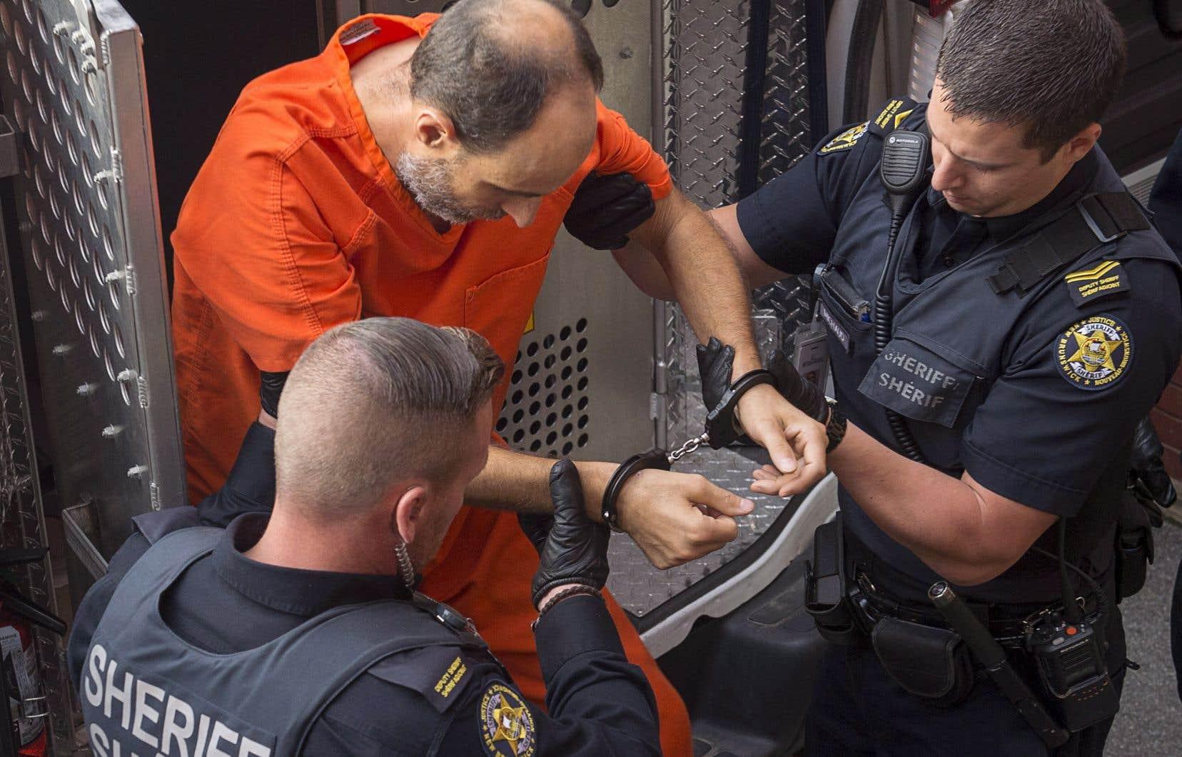 Matthew Vincent Raymond, accusé de quatre chefs de meurtre au premier degré, arrive au tribunal provincial de Fredericton le lundi 27 août 2018.