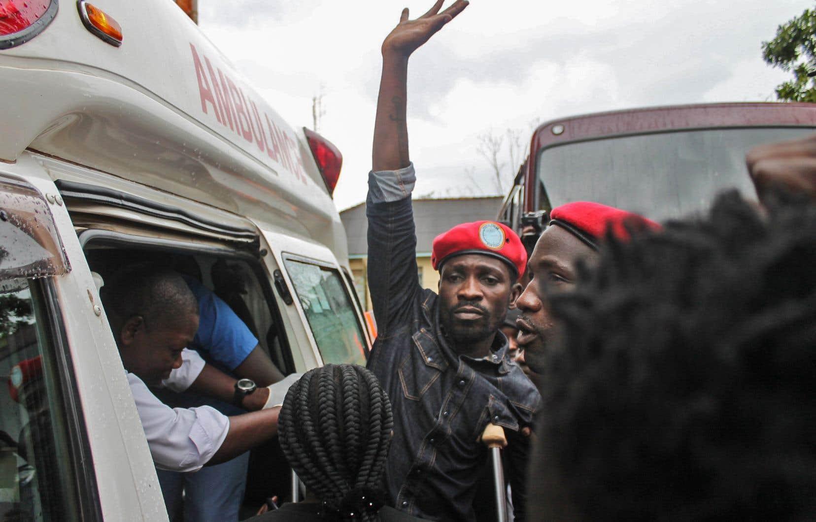 Peu après l'audience, RobertKyagulanyi a été vu dans une ambulance garée devant le tribunal. Il doit comparaître à nouveau le 30 août.