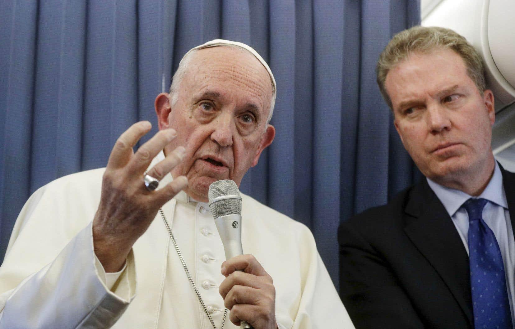 À bord de l'avion, aux côtés du directeur du Bureau de presse du Saint-Siège, Greg Burke, le pape François a répondu aux questions des journalistes sur l'homosexualité, dimanche.