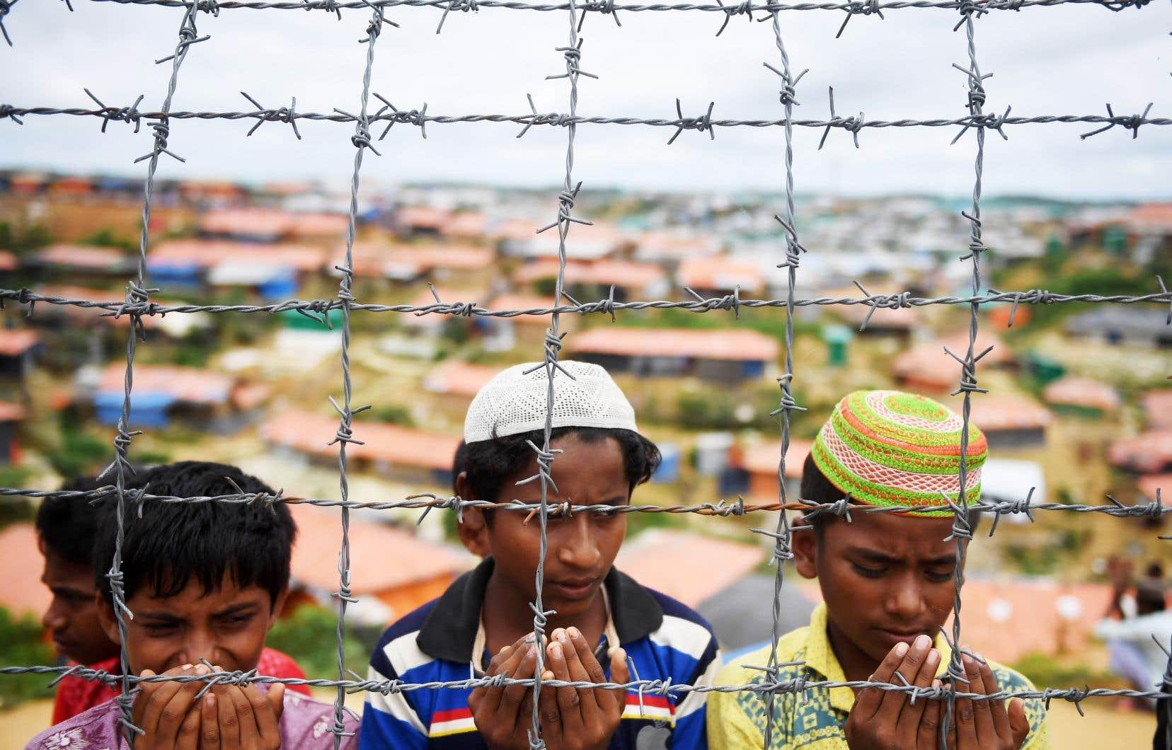 Des réfugiés rohingyas priant dans le camp de Kutupalong, le 25 août durant une cérémonie organisée pour souligner le premier anniversaire d'une répression militaire qui a provoqué leur exode du Myanmar au Bangladesh