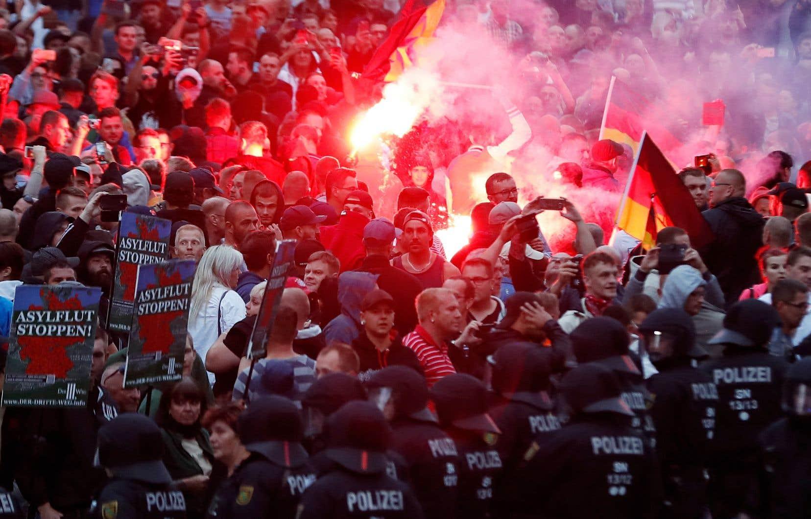 Plus de 2000 manifestants se sont rassemblés lundi soir dans la ville de Chemnitz pour s'opposer à l'immigration et à Angela Merkel.