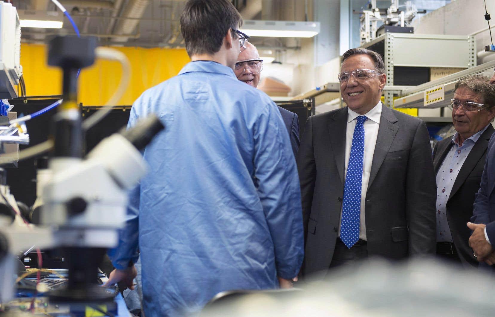 Le chef caquiste a visité les installations d'une entreprise de haute technologie sise dans la ville de Québec, mardi.