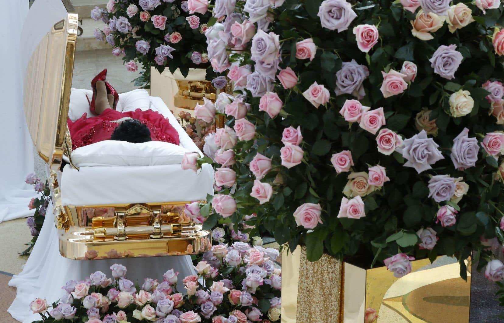 Son cercueil étincelant a été déposé au milieu d'énormes bouquets de roses dans le musée Charles H. Wright, à Détroit, dédié à l'histoire des Noirs américains.
