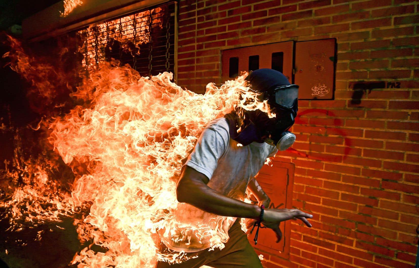 Les flammes lèchent le corps du manifestant vénézuélien José Victor Salazar Balzar, lors d'un rassemblement anti-Maduro à Caracas.