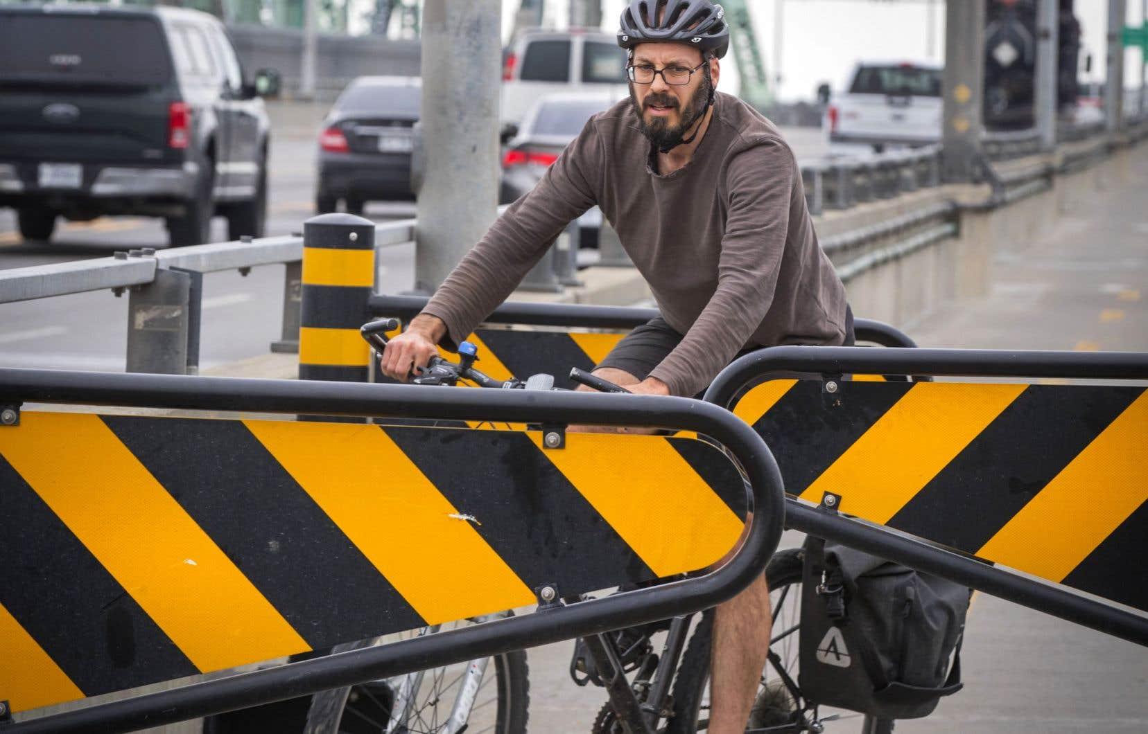 Sitôt installées, les chicanes sur le pont Jacques-Cartier ont suscité les critiques de plusieurs cyclistes, qui les jugent dangereuses.