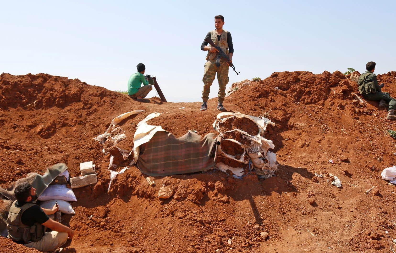 Des factions rebelles se préparent à une attaque du régime syrien aux abords d'Idleb, en Syrie.
