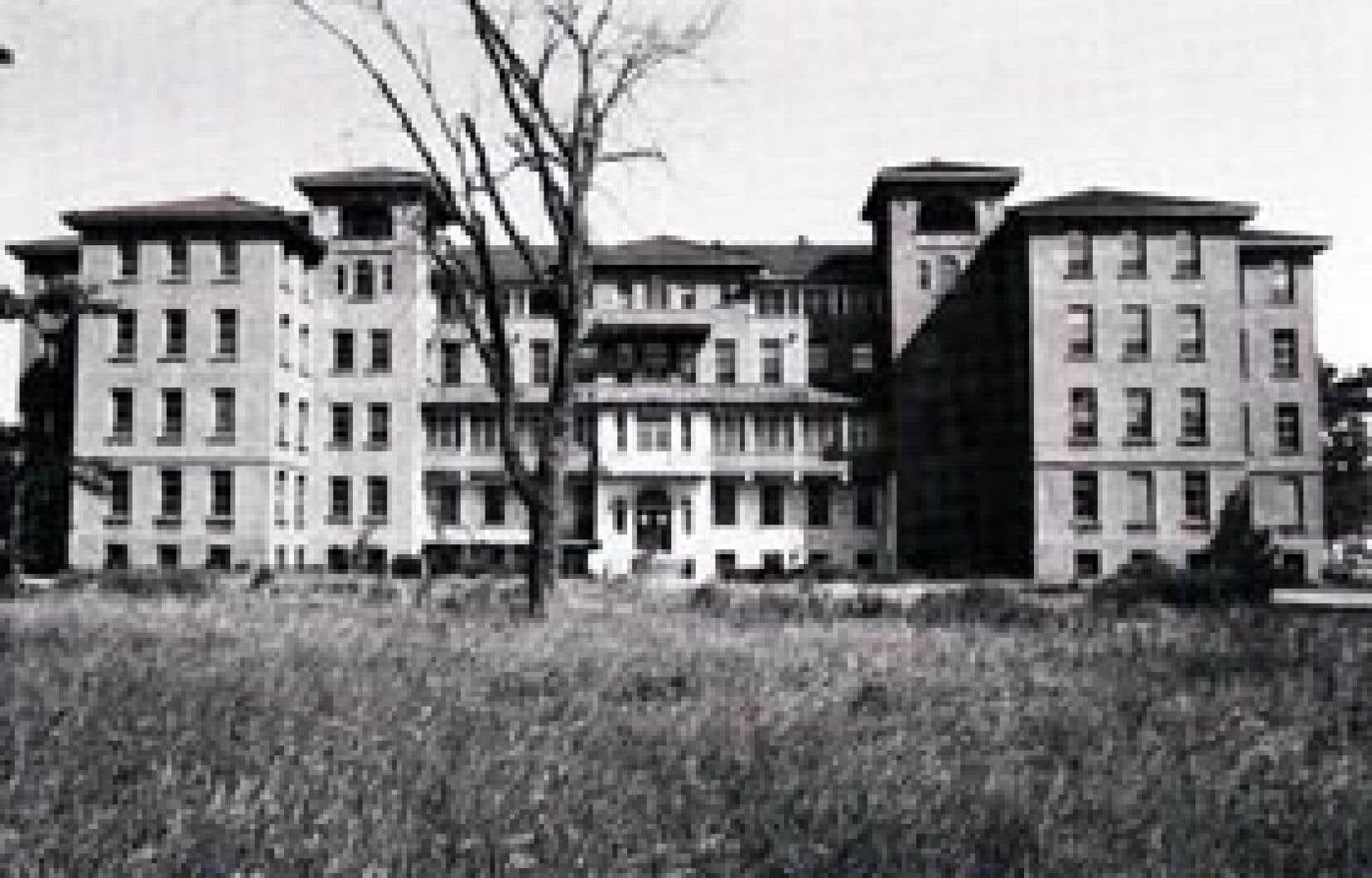 L'orphelinat Notre-Dame-de-Liesse en 1979, vacant après la fermeture de l'oeuvre quelques années plus tôt.