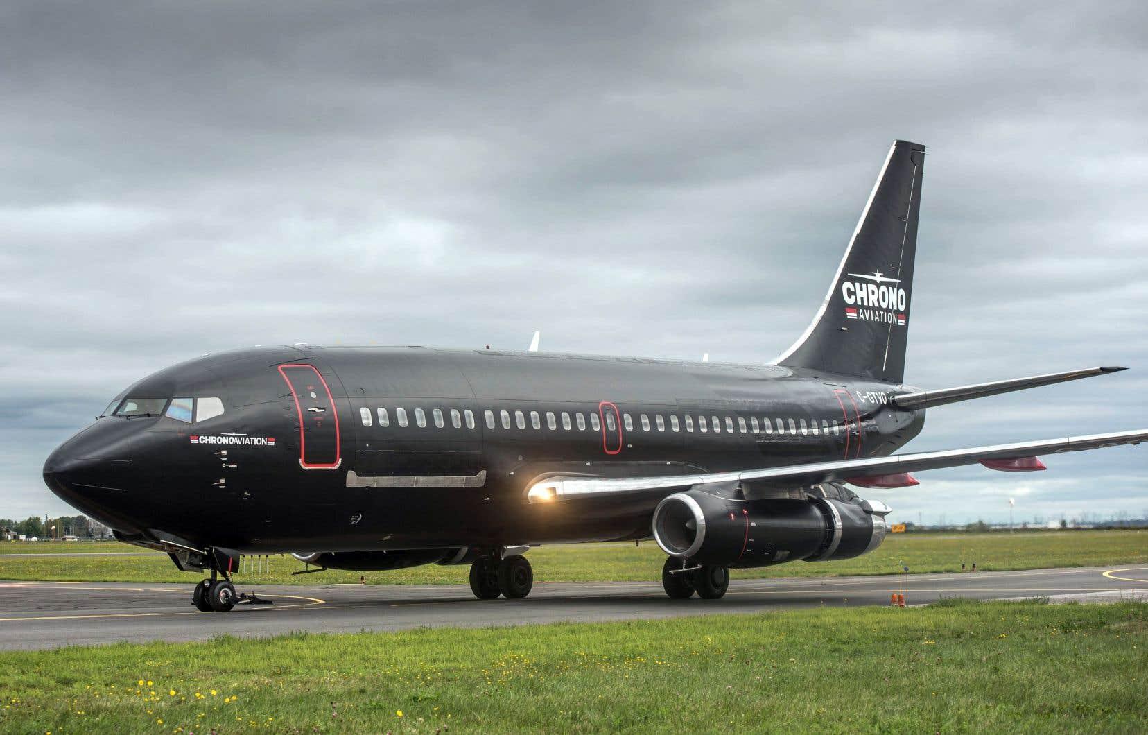 Le Boeing 737-200 de la compagnie Chrono Aviation, ici photographié à l'aéoroport de Saint-Hubert, dispose d'un rayon d'action de 2700 kilomètres et peut desservir les régions très éloignées du Nord-du-Québec et du Nunavut.
