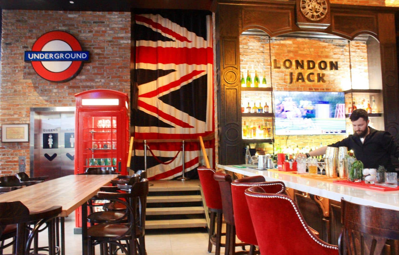 Les couleurs de l'Union Jack habillent la salle à manger, donnant une touche de kitch irrévérencieux et assumé.