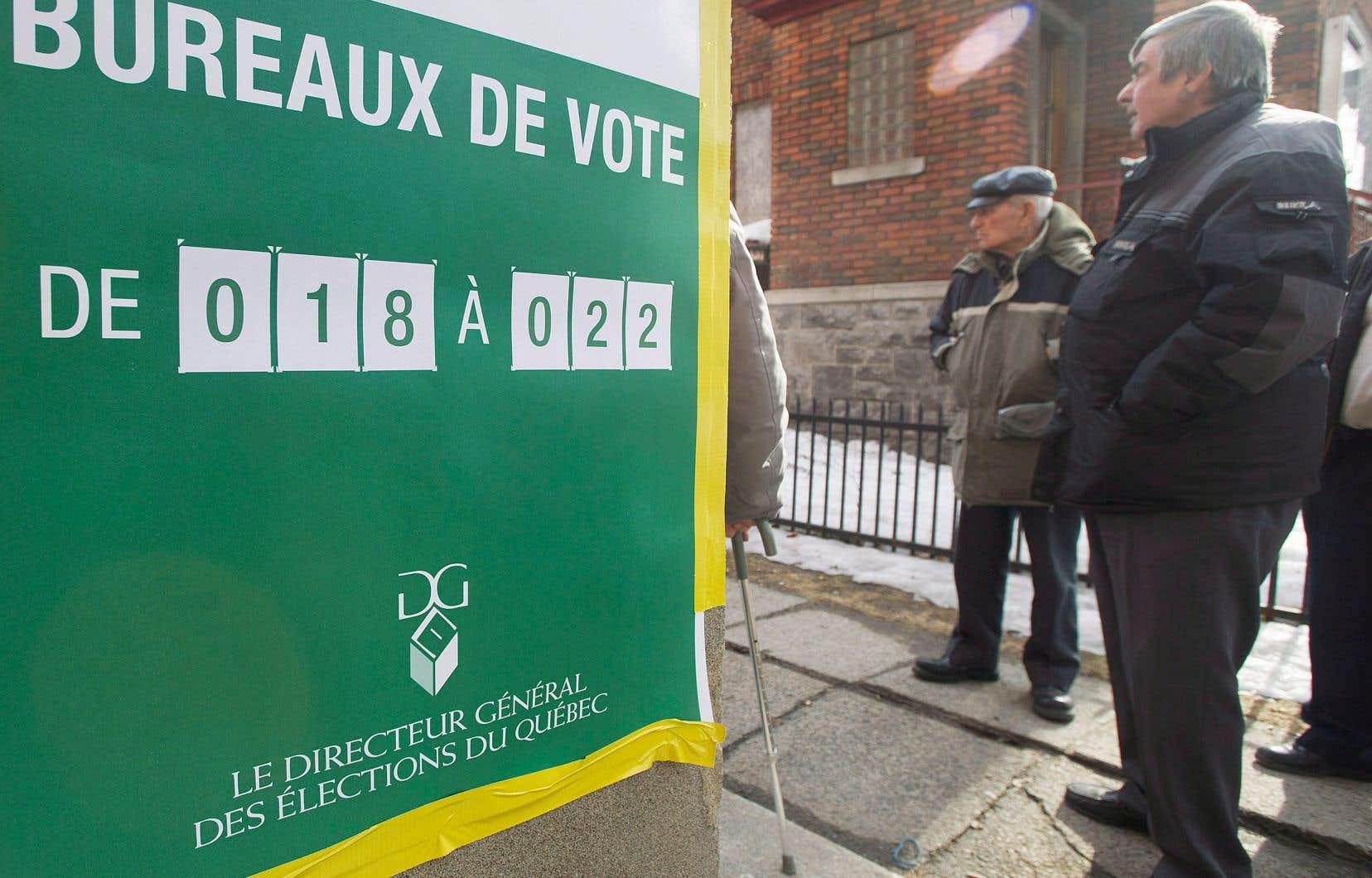 Des électeurs québécois, lors du scrutin de 2014. Le système électoral actuel favorise peu les tiers partis comme Québec solidaire.