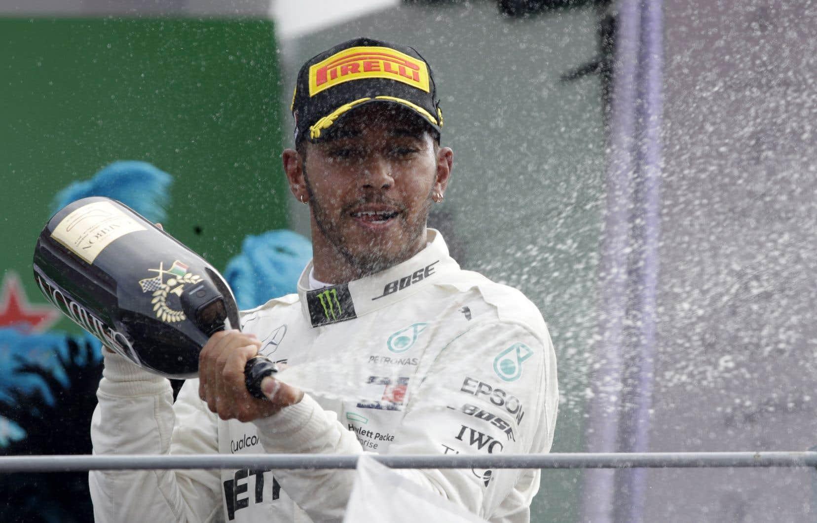 Lewis Hamilton célèbre sa victoire, dimanche, à Monza.