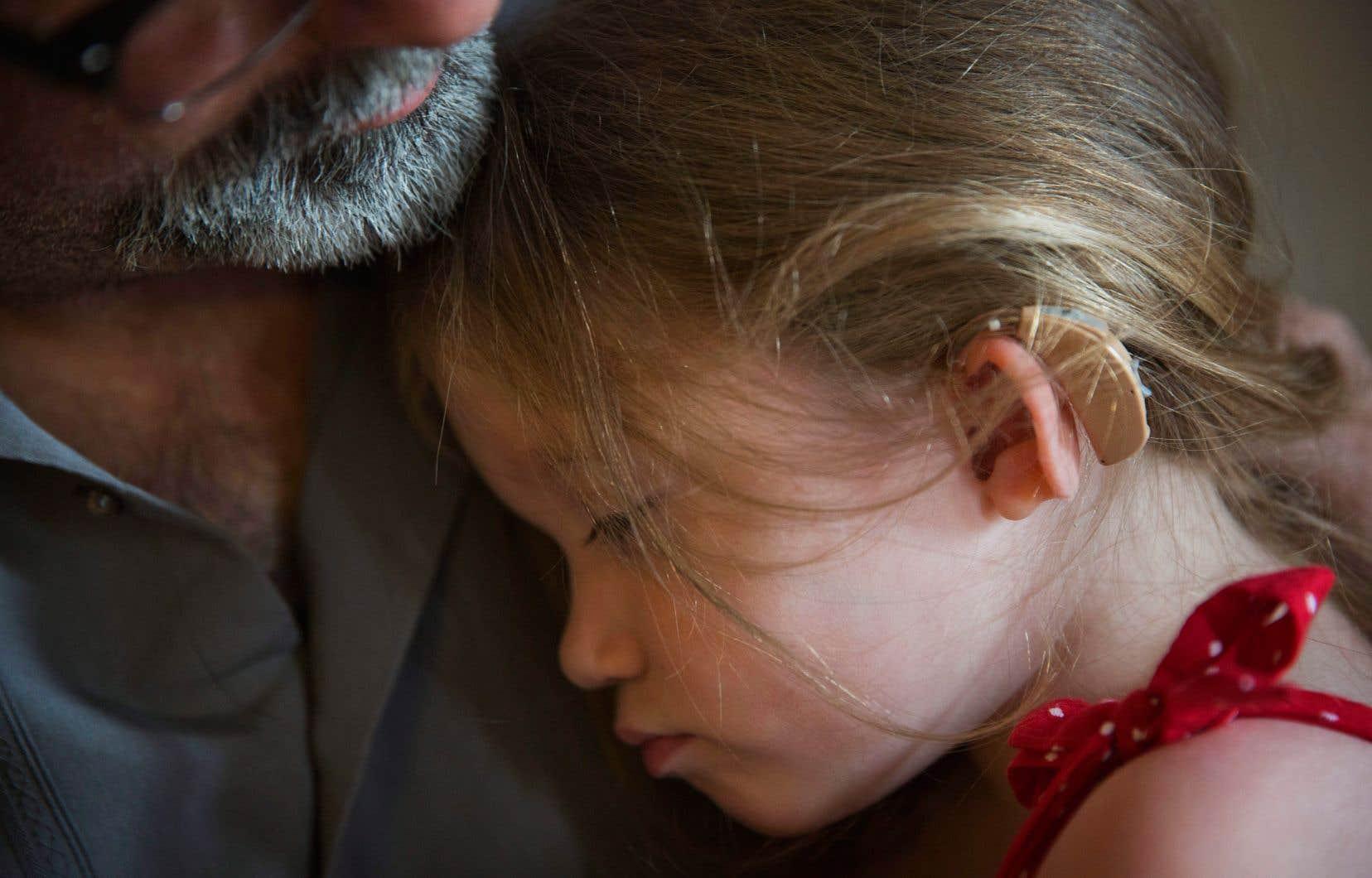 Une jeune fille sourde portant un appareil auditif, à Logansville, en Géorgie