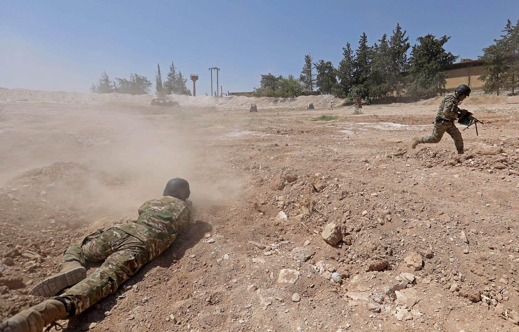 Des combattants rebelles syriens se préparent à une offensive des forces gouvernementales, dans la campagne du nord de la province d'Idlib, contrôlée par les rebelles.