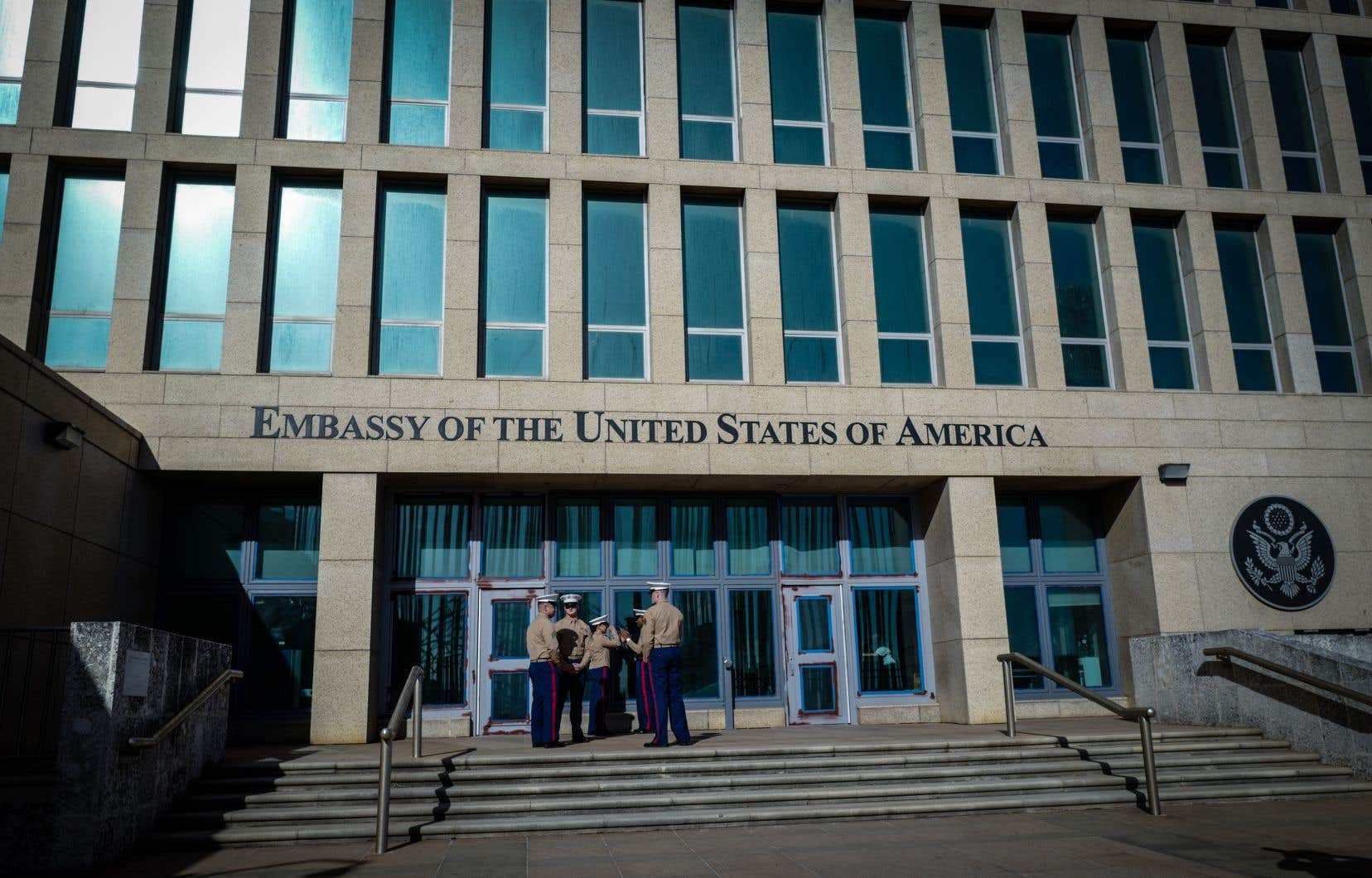 Des soldats de la marine américaine montent la garde devant l'ambassade des États-Unis à La Havane en février dernier.