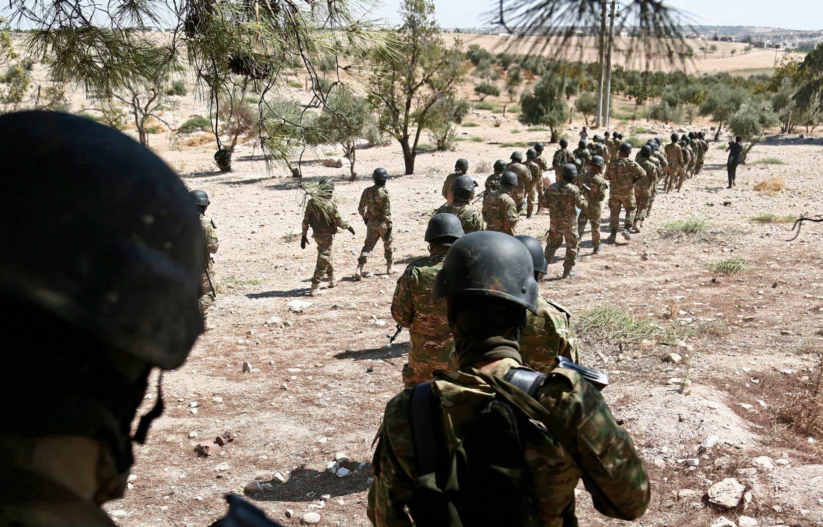 Des combattants du Front de libération nationale se préparant à l'offensive des forces de Bachar al-Assad dans les environs d'Idleb