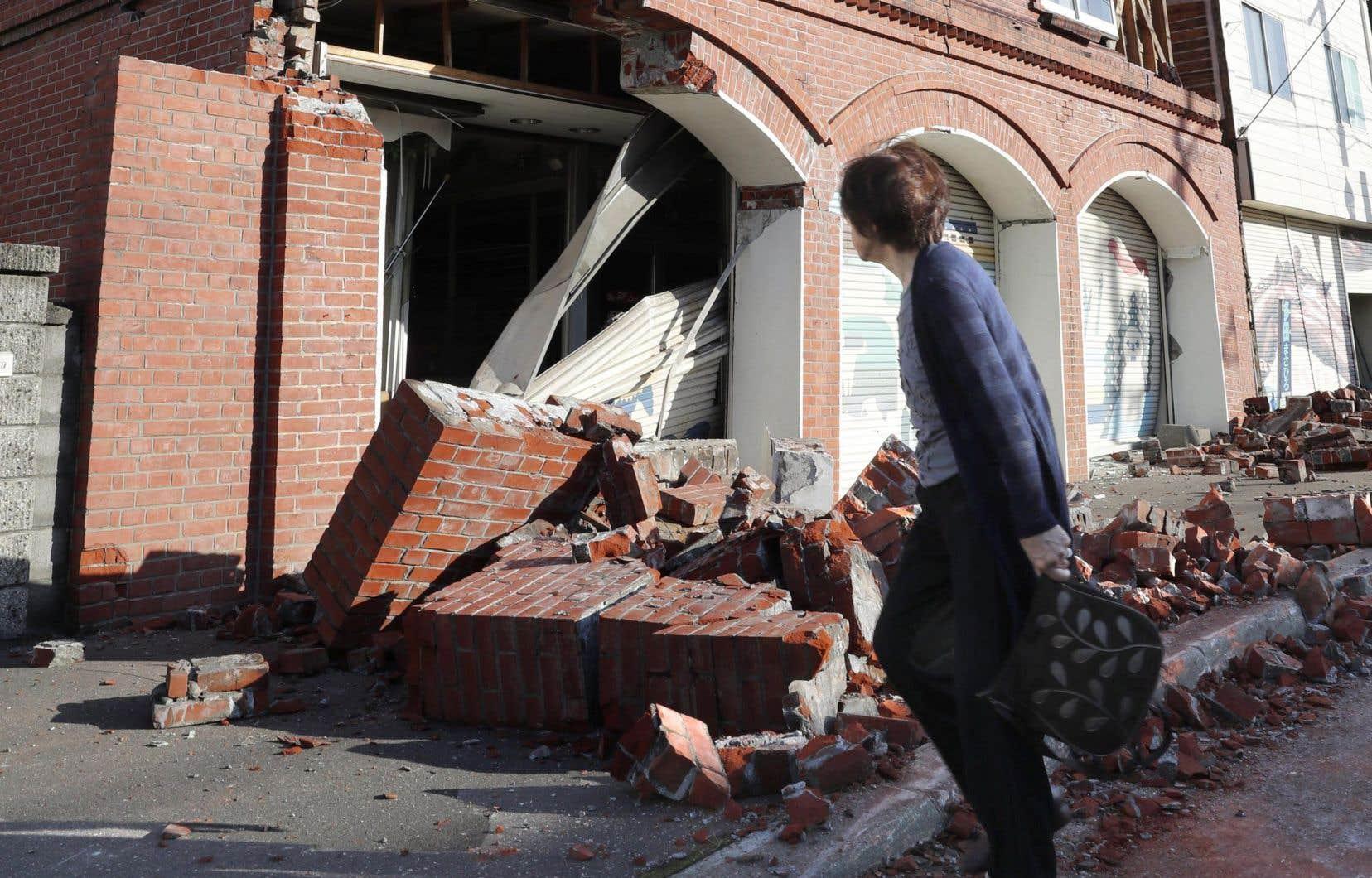 <p>Au moins quatre glissements de terrain ont été signalés après le séisme, a indiqué le porte-parole du gouvernement, Yoshihide Suga, ajoutant que plusieurs maisons se sont également effondrées.</p>