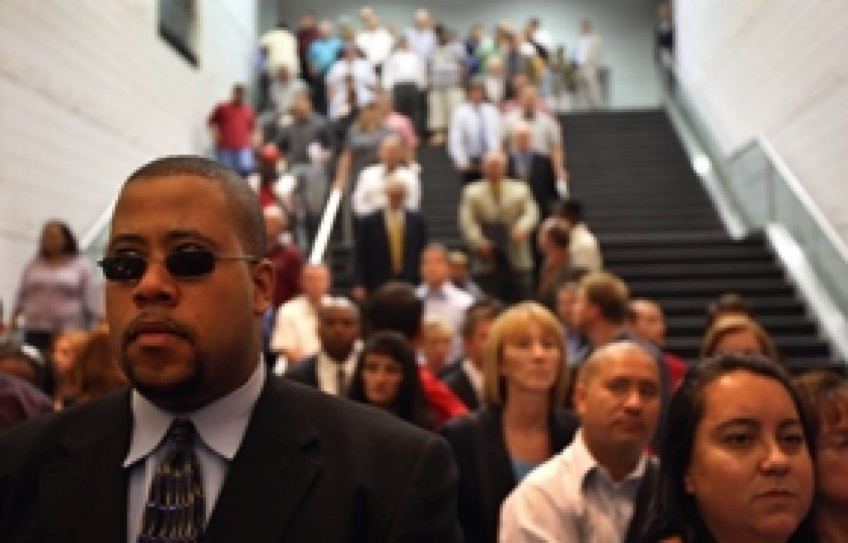Des centaines d'Américains attendent en file pour s'inscrire à un salon de l'emploi dans le Colorado. L'économie américaine a éliminé 159 000 emplois en septembre, et ce chiffre beaucoup plus important qu'attendu fait craindre que la réc