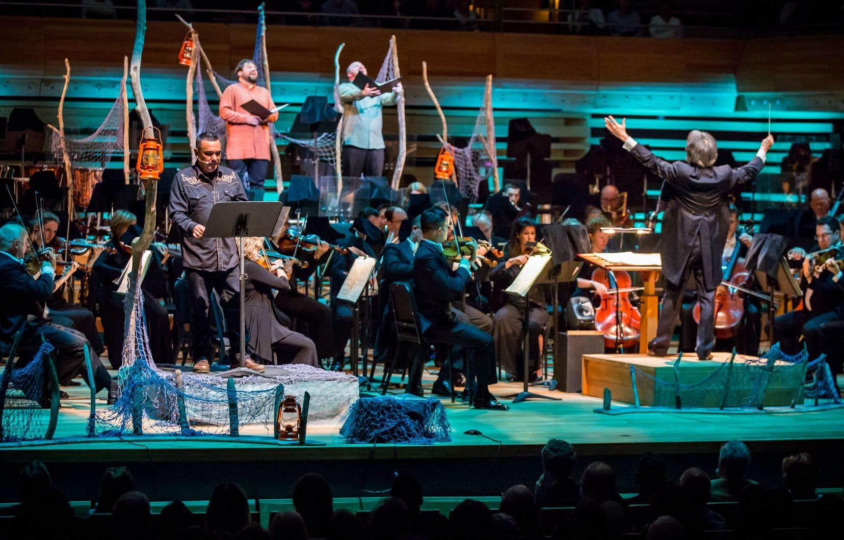 L'auteur-compositeur-interprète innu Florent Vollant (à l'avant-plan) s'est joint à l'Orchestre symphonique de Montréal, qui partira en tournée dans le Nunavut dans quelques jours.