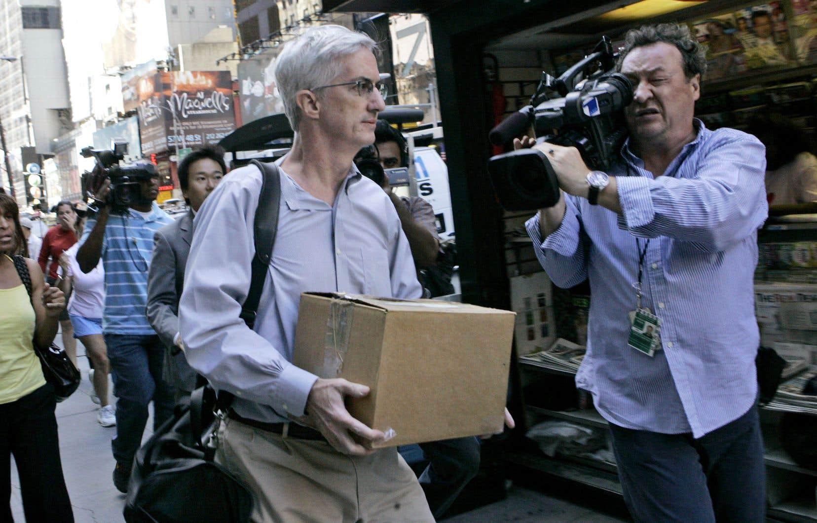 Le 15 septembre 2008, cet employé de Lehman Brothers, qui vient tout juste de déclarer faillite, quitte le siège social de l'entreprise, à New York, avec une boîte contenant ses effets personnels.