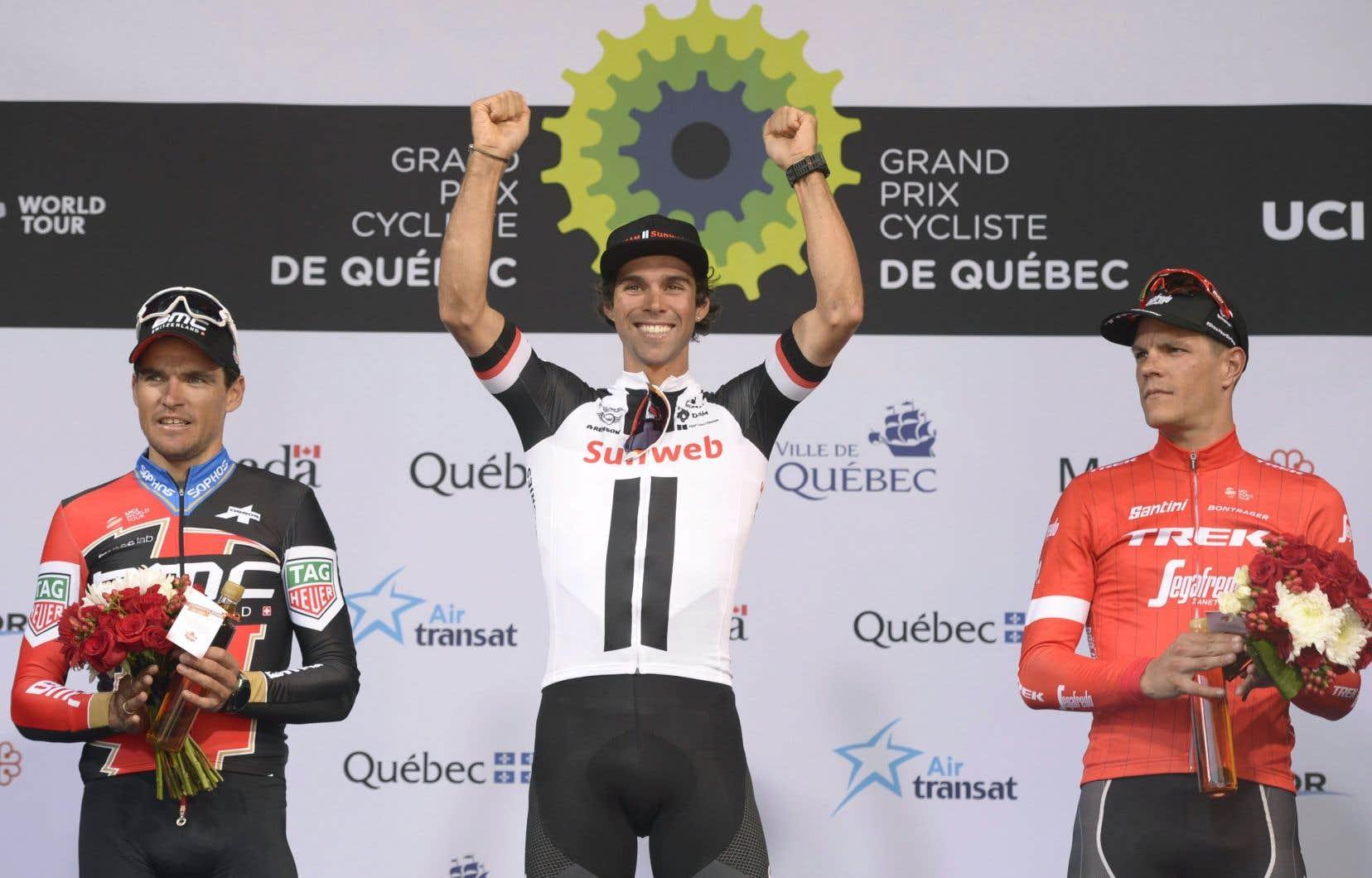 <p>Le cycliste Michael Matthews sur la première marche du podium au Grand Prix cycliste de Québec</p>