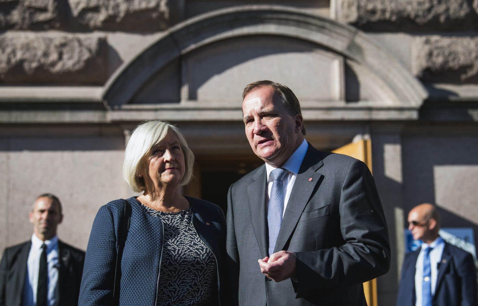 «Une chose est sûre, personne n'a obtenu de majorité. Il est donc naturel de lancer une collaboration entre les blocs», a déclaré devant ses partisans le premier ministre sortant, Stefan Löfven.