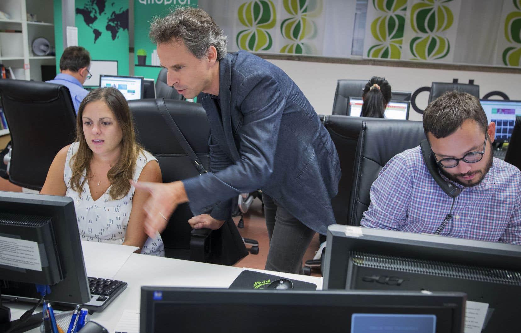 Le directeur, Marc-Antoine Tanguay, entouré des professeurs Anne-Marie Héon et Simon Laurent. Plusieurs professeurs ont un emploi à temps plein, mais continuent de venir répondre aux questions des jeunes le soir, après leur journée à l'école.