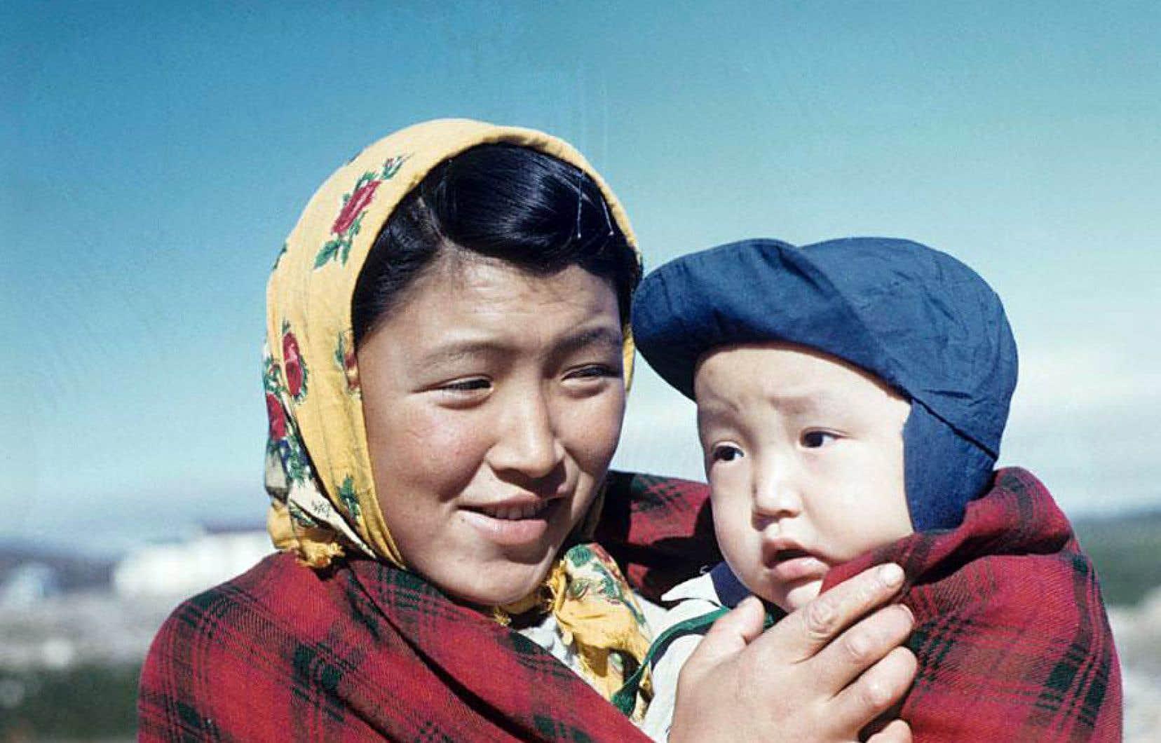 Selon une note retrouvée dans le journal de Rosemary Gilliat Eaton, en voyage à Kuujjuaq du 13juillet au 9août 1960, cette femme pourrait être Annie Johannesee.