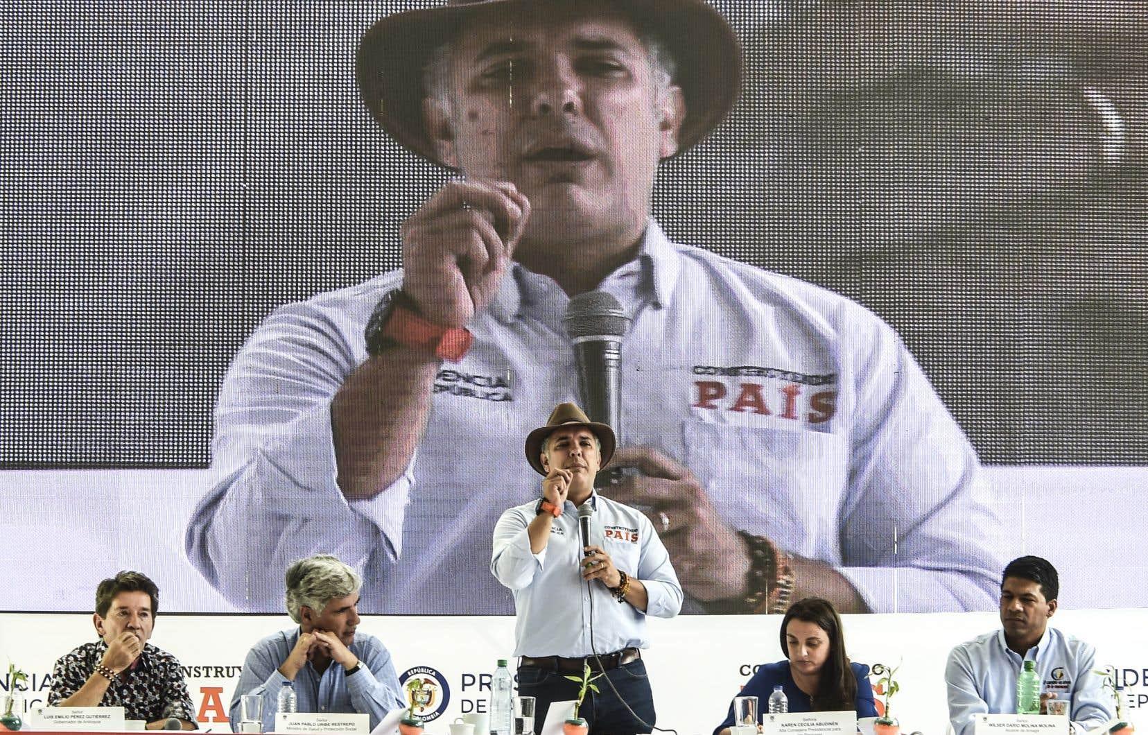 Samedi, le président Ivan Duque (centre) a exigé la libération des 16 otages de l'ELN avant toute reprise des pourparlers de paix.