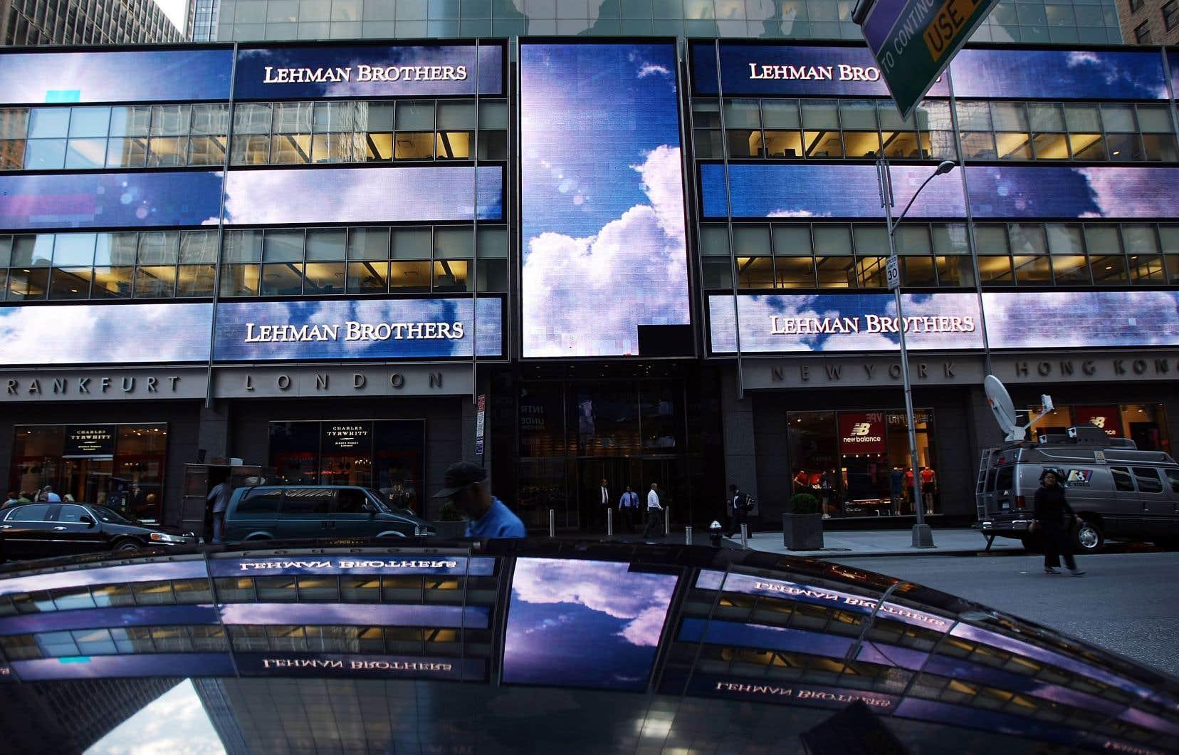 Des gens déambulant devant le siège social de Lehman Brothers Holdings à New York, le 10 septembre 2008