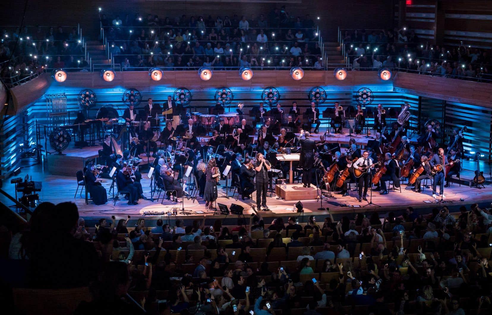 Le chanson «Étoiles filantes» est devenue magique avec un public simulant les étoiles à l'aide de cellulaires.