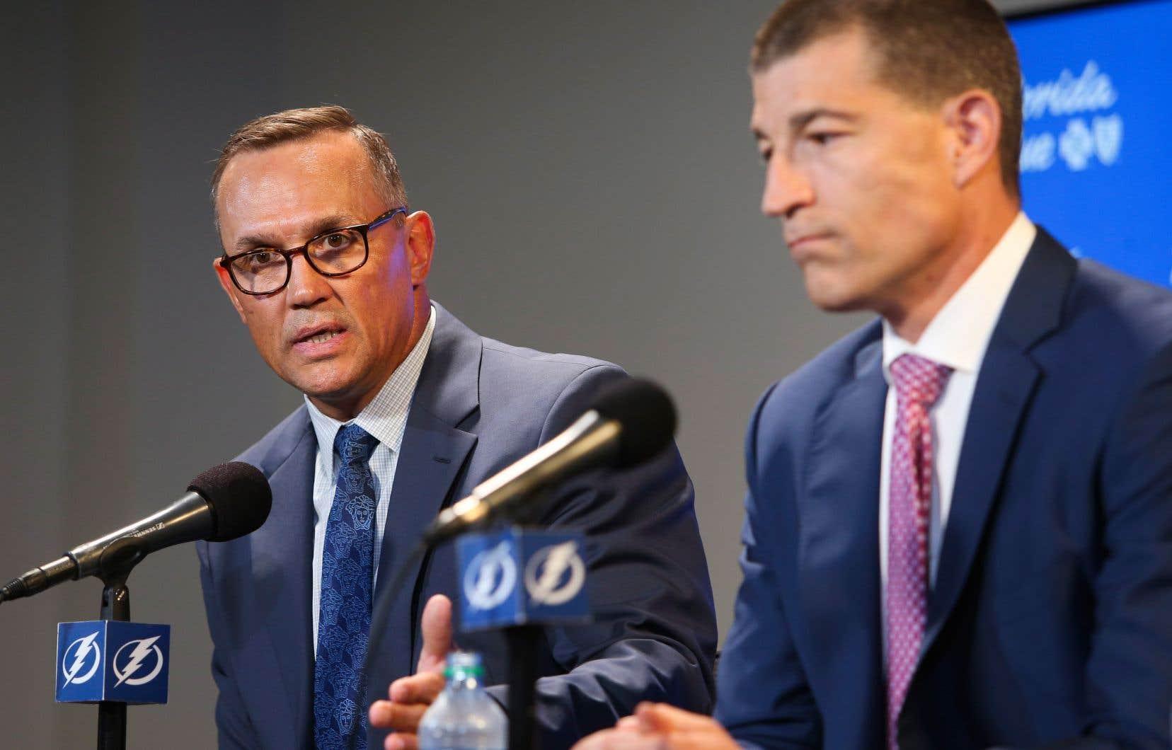 Steve Yzerman et Julien BriseBois, lors de la conférence de presse à Tampa Bay, en Floride