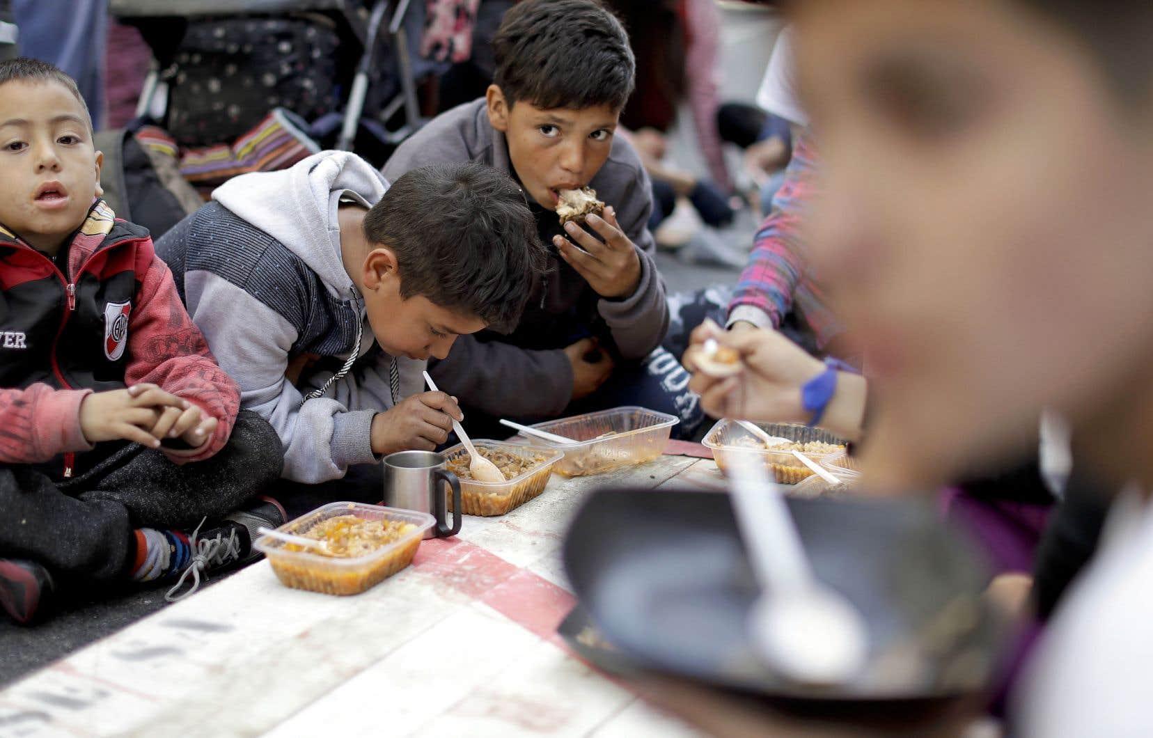Sur l'avenue du 9-Juillet, à Buenos Aires, des associations citoyennes et communautaires ont organisé une soupe populaire pour fournir un repas gratuit aux personnes dans le besoin.
