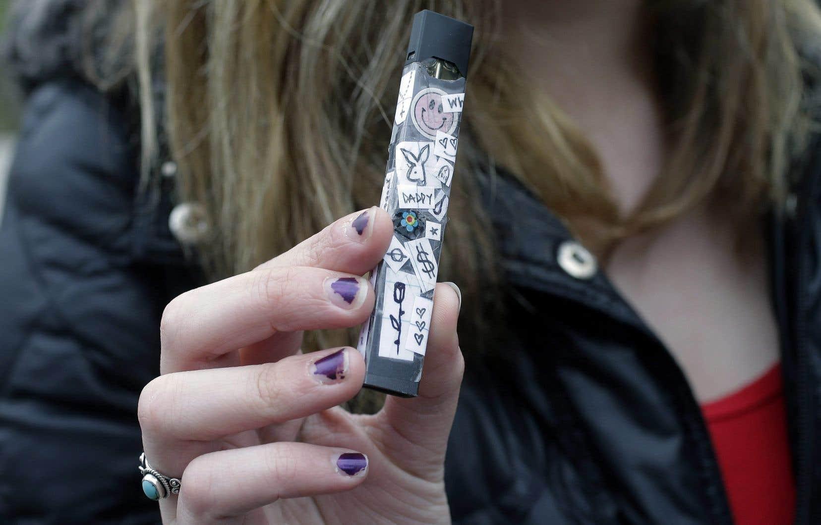 En un an à peine, la cigarette électronique JUUL s'est imposée sur le marché américain avec des ventes de 1,3milliard de dollars américains.