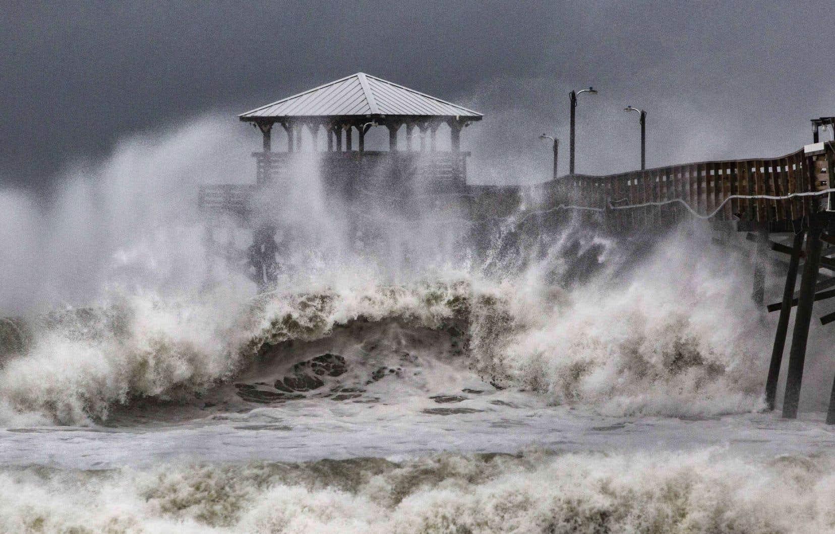 «Florence», qui a ralenti sa course, se dirige désormais vers la côte à 7km/h et son œil pourrait atteindre la côte vendredi avant de s'enfoncer dans les terres, renforçant l'inquiétude des autorités.