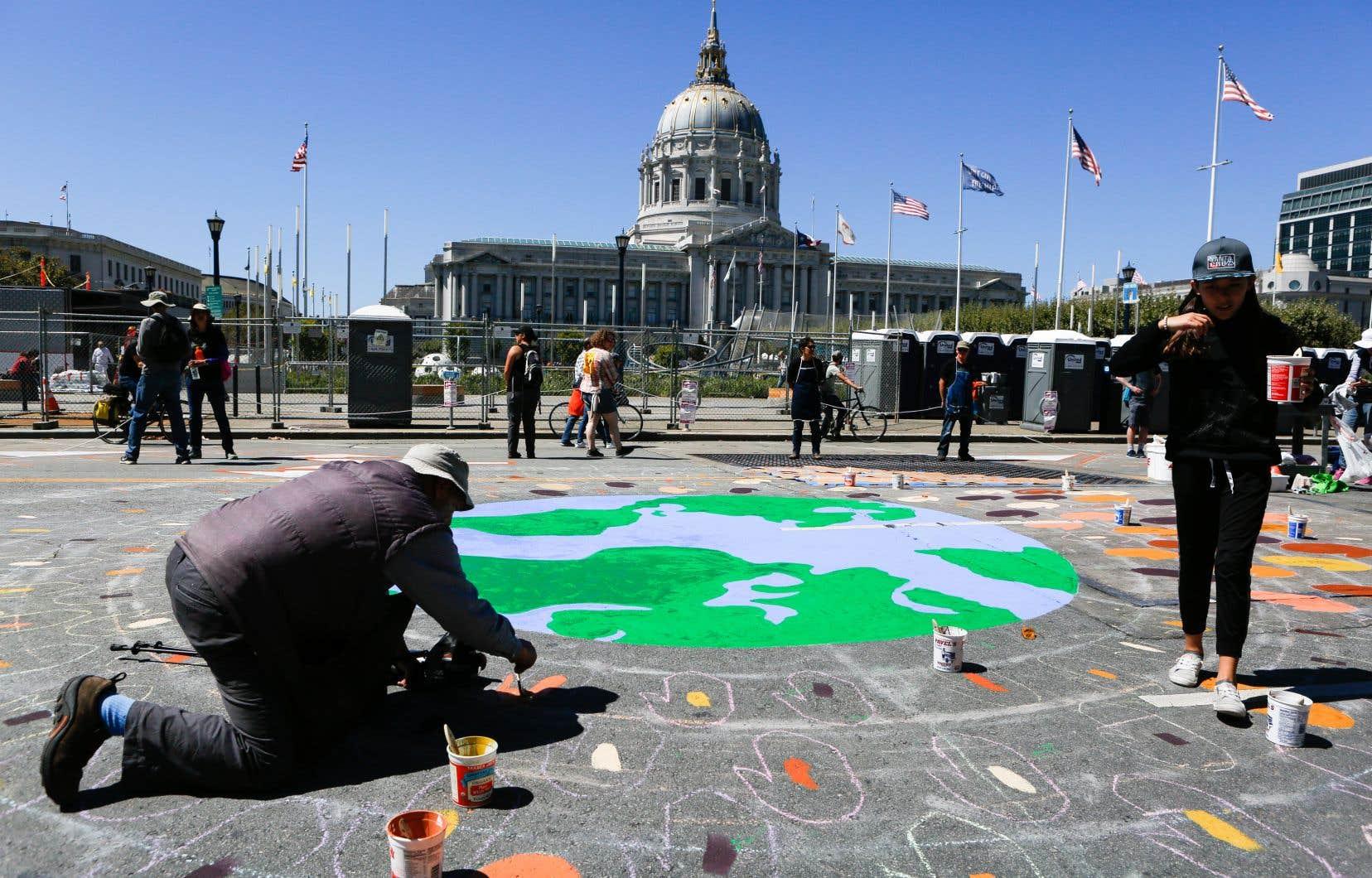 Un homme peint une fresque à San Francisco, à l'occasion de la journée «Debout pour le climat», le 8 septembre dernier.