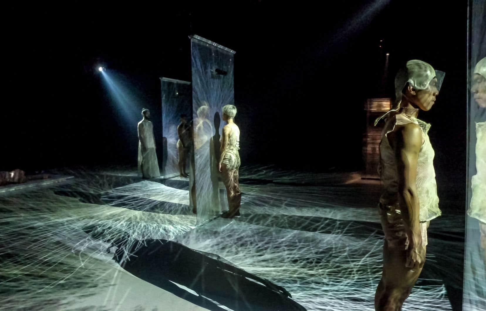 Inspirée tant des disciplines scientifiques qu'artistiques hors danse, «Eve 2050» s'inscrit dans la continuité des expositions «Le corps en question(s)» et «Corps secret», corps public qui rassemblaient une pluralité de réflexions sur le corps humain menées par des chercheurs et des artistes visuels.