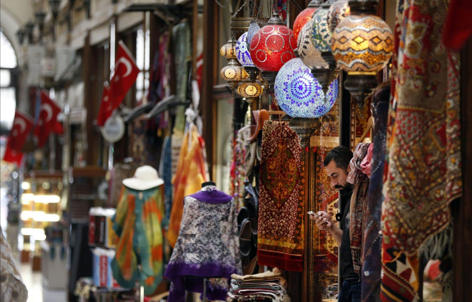 L'économie turque a été secouée ces derniers mois par l'effondrement de la monnaie nationale. Un commerçant attendait des clients, dans un marché à Istanbul, jeudi.