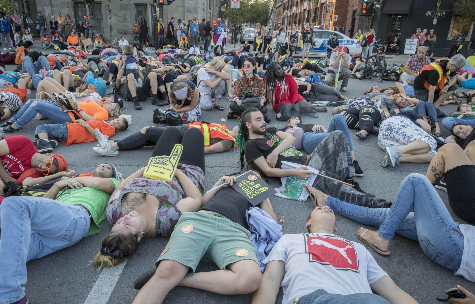 Les groupes ont profité du rassemblement pour tenir un «die-in», une simulation de décès où les personnes présentes se sont étendues sur le sol.