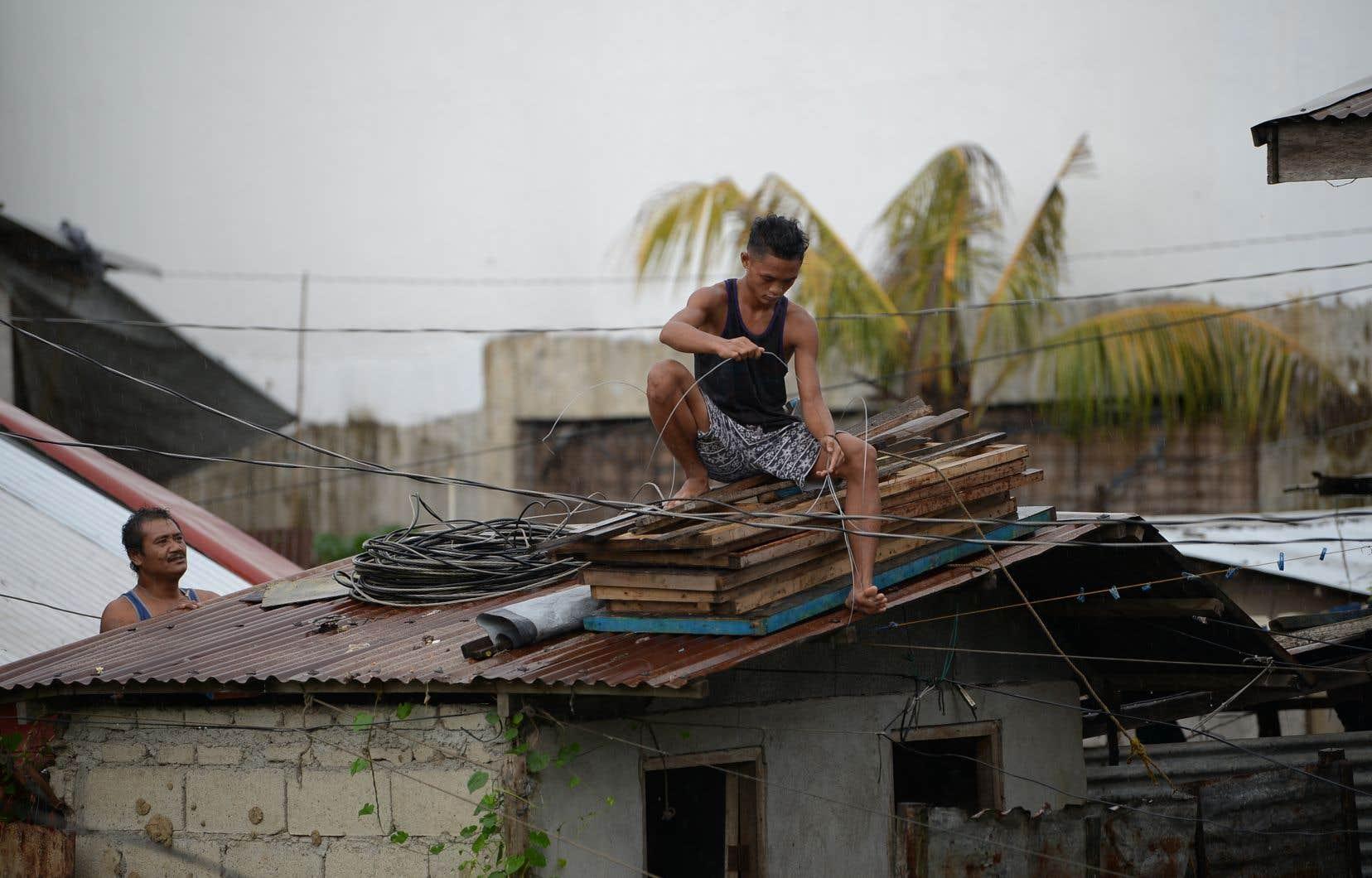 <p>Les habitantsbarricadaient leurs fenêtres et renforçaient leurs toits pour éviter qu'ils ne soient arrachés par la tempête.</p>