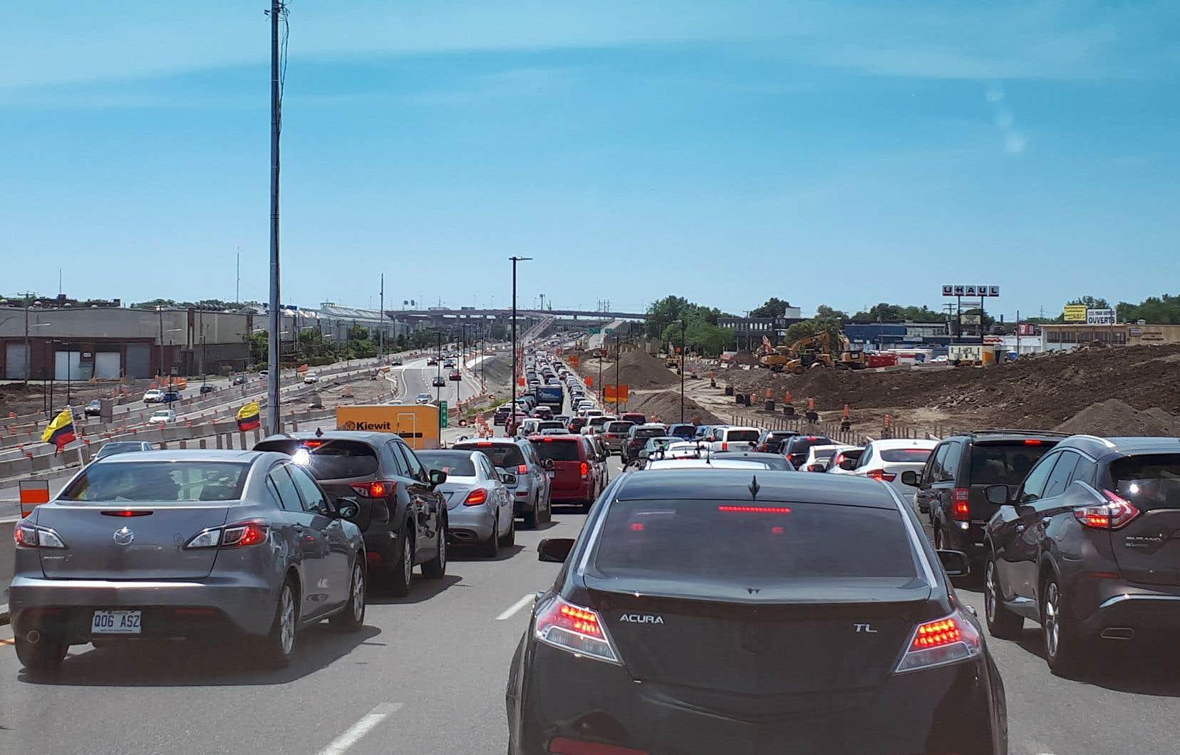 Chaque année, le nombre d'automobiles à Montréal augmente de près de 10 000 unités. Pour permettre à tous ces chevaux d'acier de rouler et de s'arrêter, il faut compter sur de plus en plus d'infrastructures.