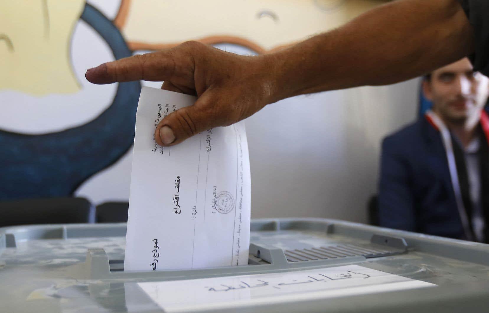 Plus de 40000 candidats sont en lice pour 18 478 sièges dans toutes les provinces.