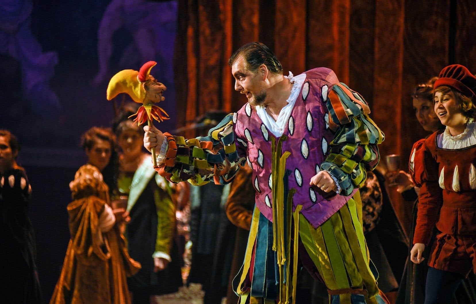 Dans le rôle de Rigoletto, James Westman fait au mieux avec ce qu'il a. Reste qu'il n'est pas fait pour ce rôle et certainement pas dans cette salle.