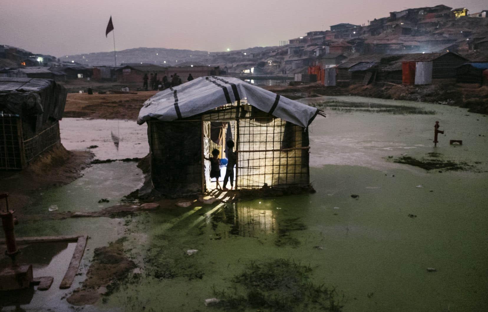 L'eau monte lentement dans certaines parties du camp Kutupalong, bâti en zone inondable.