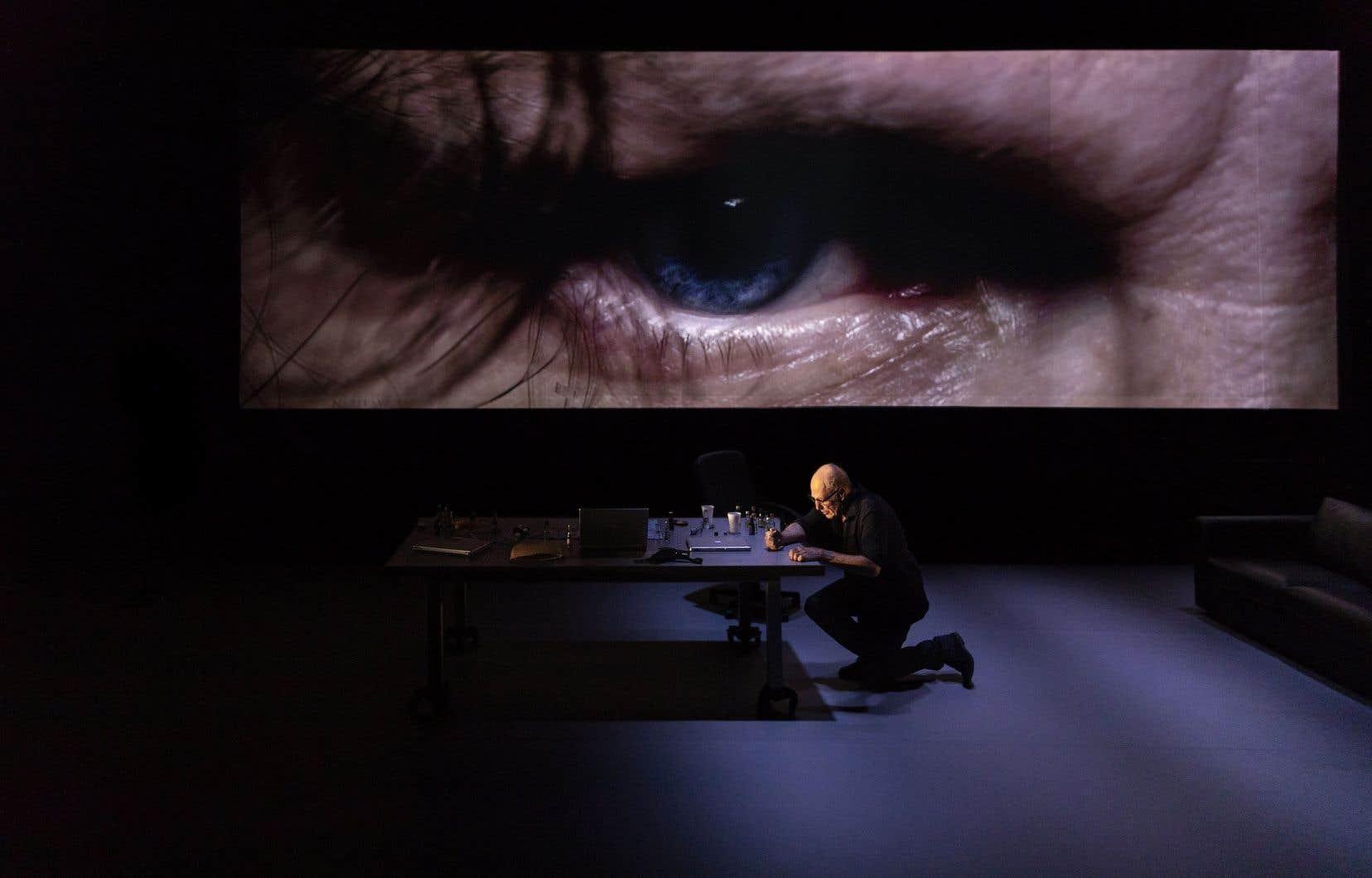 Campé dans un décor d'appartement dépouillé, entre deux caméras, Gabriel Arcand sert son monologue intérieur par une interprétation grave et sobre.