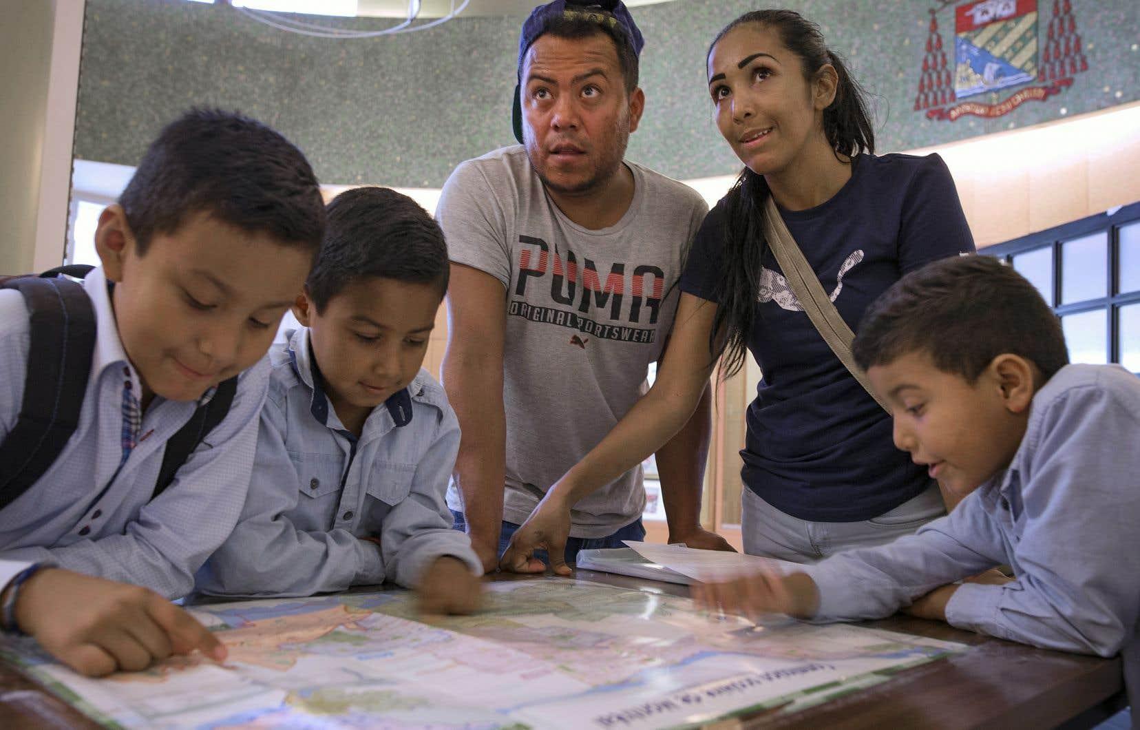La famille Magdaleno-Jimenez, arrivée du Mexique, est venue inscrire ses enfants en classe d'accueil à la Commission scolaire de Montréal, mardi.