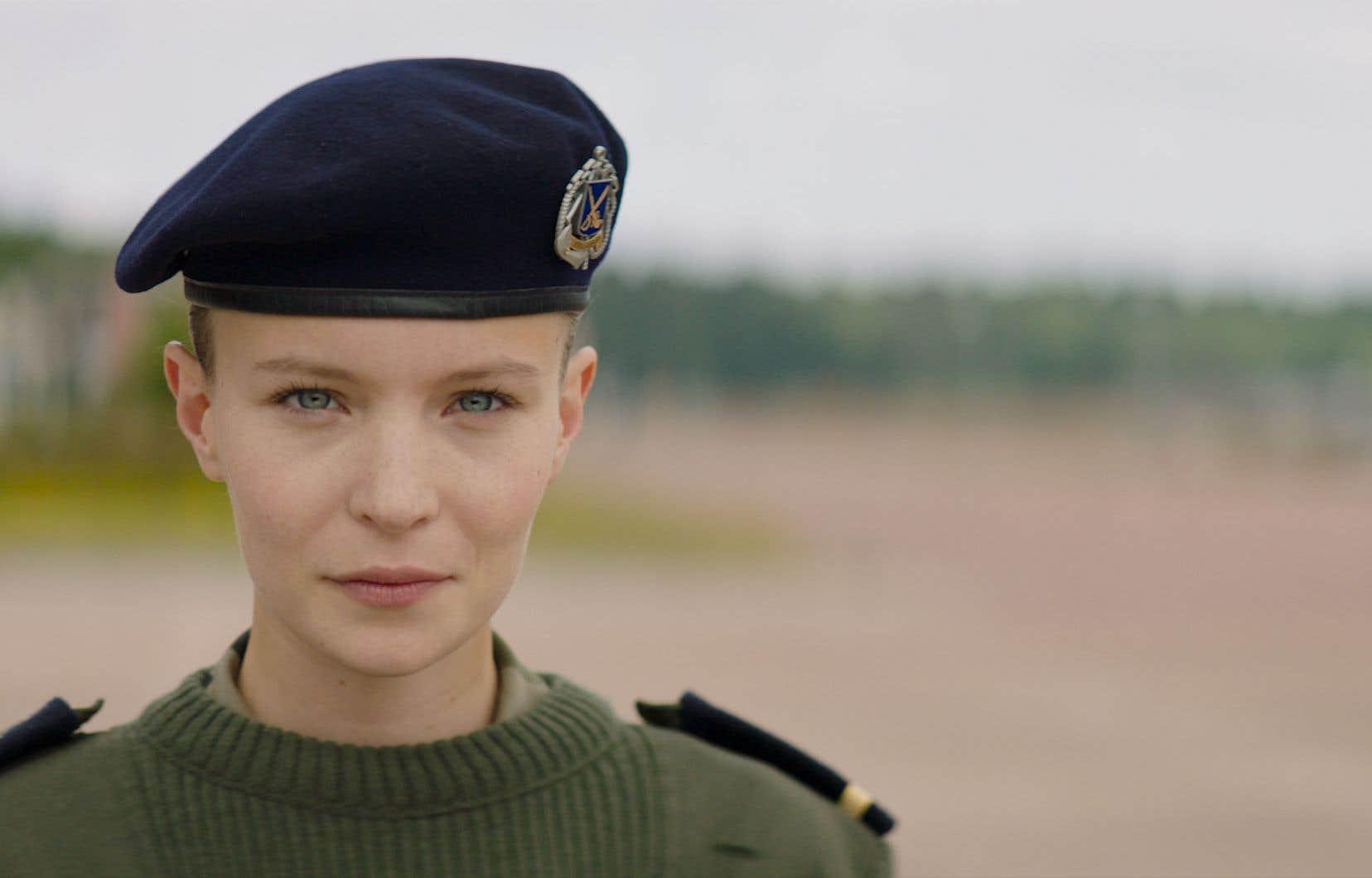 Diane Rouxel incarne une jeune femme surdiplômée qui s'engage au hasard dans la marine avant de s'employer à l'obtention ardue du béret vert.