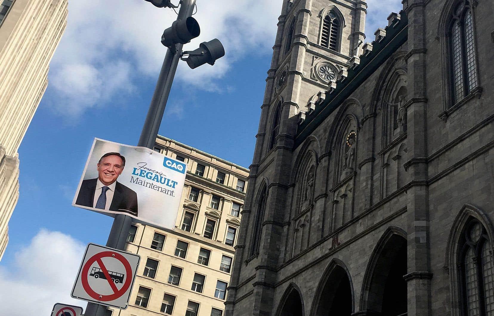 Une pancarte de la Coalition avenir Québec était visible à proximité de la basilique Notre-Dame, mercredi.