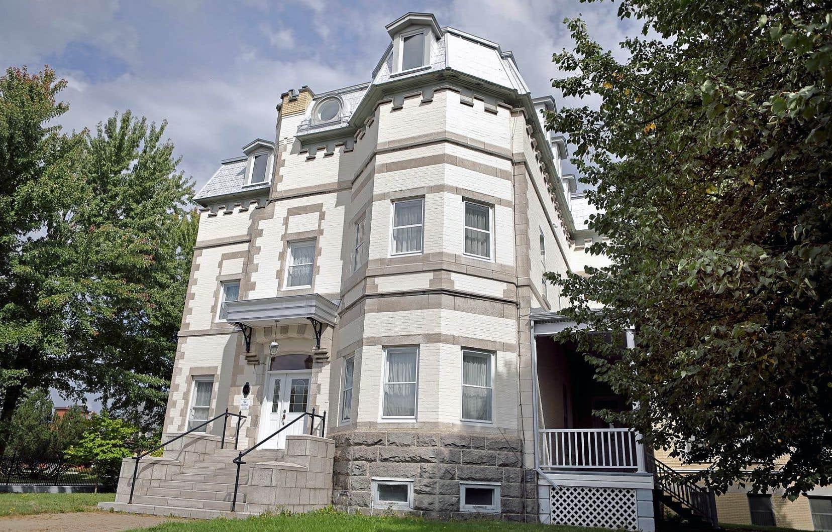 La résidence, construite en 1903, sera démolie pour faire place à un édifice de quatre étages destiné à héberger des personnes âgées.