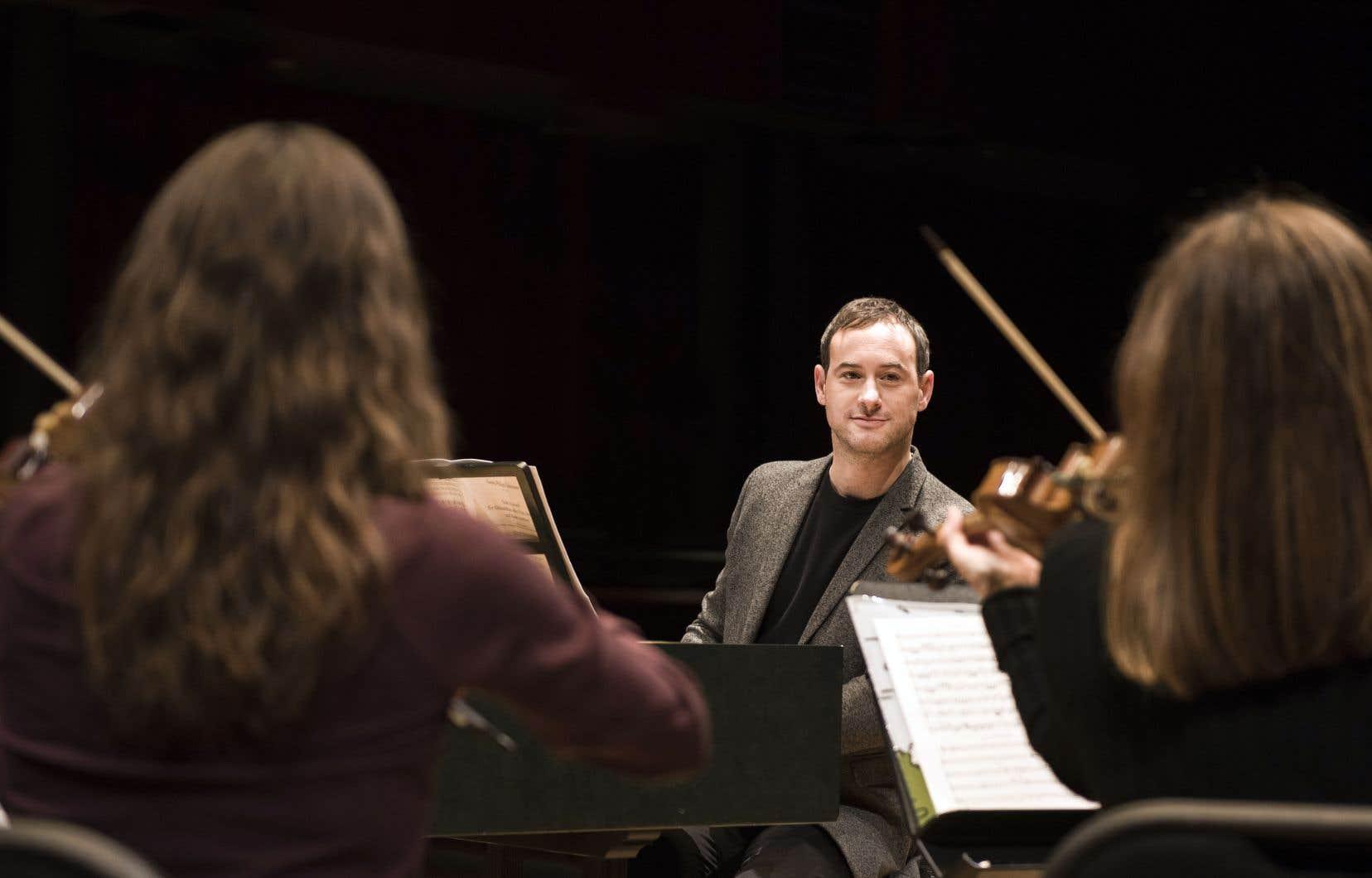Le violoncelliste, claveciniste et chef d'orchestre Jonathan Cohen en répétition avec les Violons du Roy.