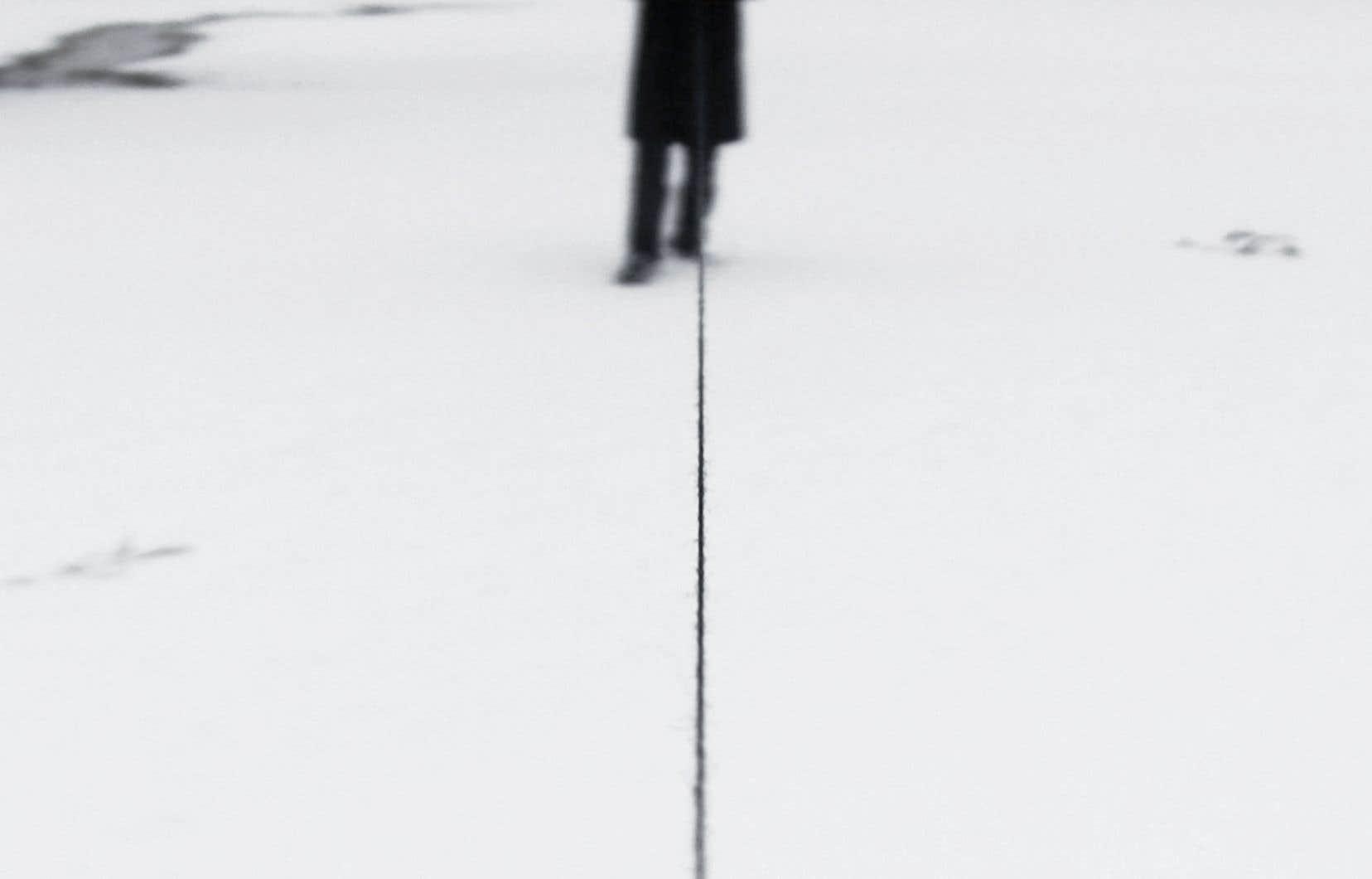 C'est bel et bien un fil qui accueille les visiteurs; celui qui occupe le centre de l'œuvre Dénouement (2011) d'Ismaïl Bahri.
